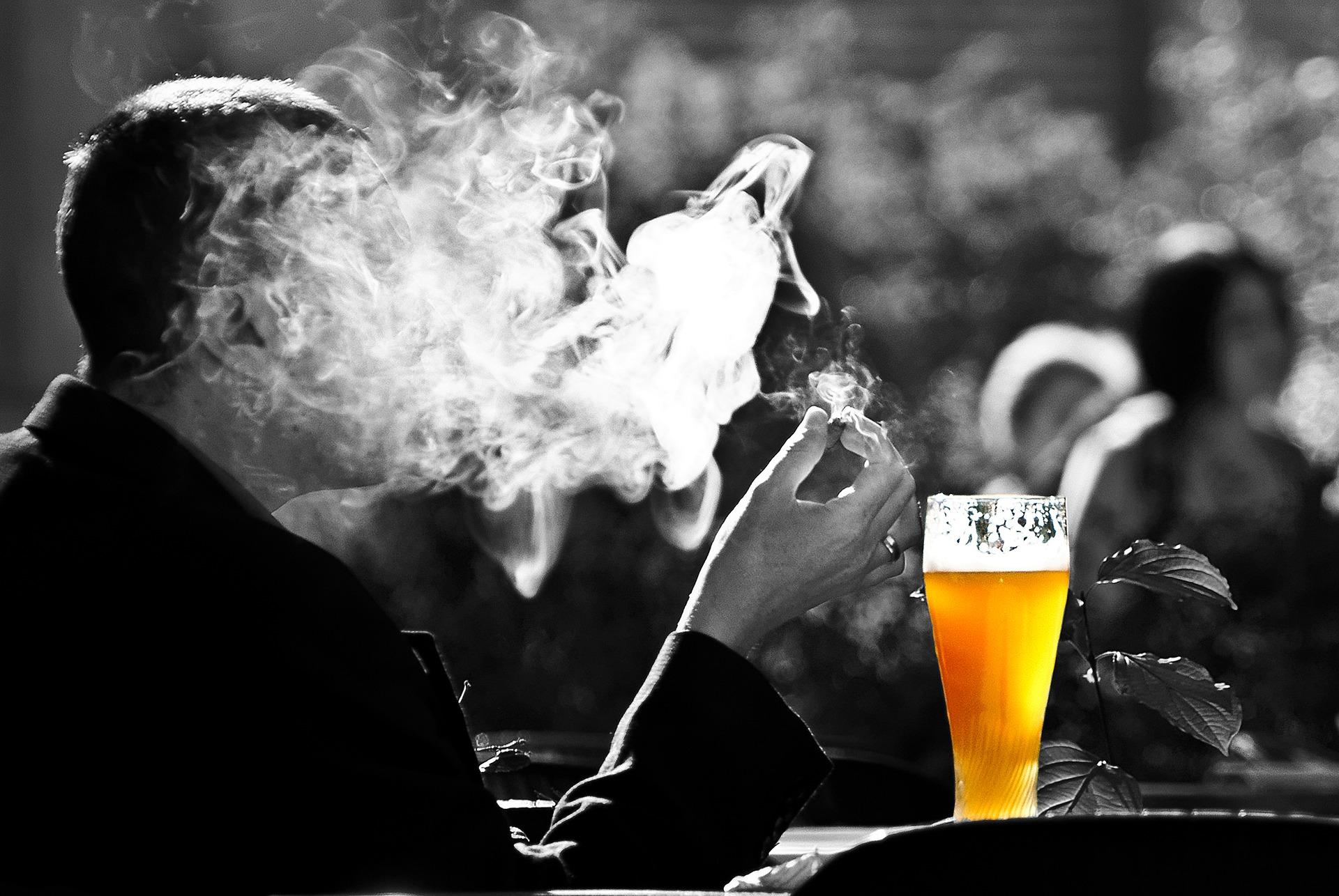 imagen sobre el tabaco y el alcohol, las adicciones de los más jóvenes