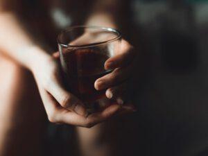 terapia alcoholismo online - copa de whiskey