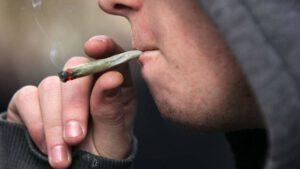 cómo ayudar a mi hijo a dejar de fumar porros - fumando