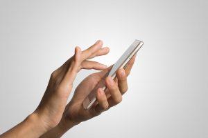 tratamiento para la adicción al móvil en Valencia - mano con telefono